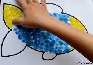 malowanie palcami ogona ryby