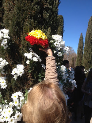 Afiliado de AES coloca flores con los colores de la bandera de España