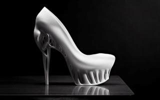 cbdb81adc16 Marieka Ratsma και ο αρχιτέκτονας Kostika Spaho δημιούργησαν ένα ψηλοτάκουνο  παπούτσι με ιδιαίτερη σχεδίαση.