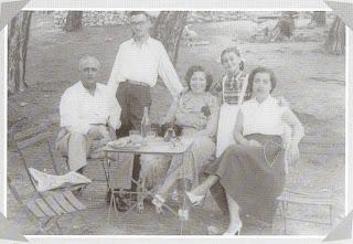 Da sin. il Padre, un'amica di famiglia e la madre. In piedi P. Màrkaris e sua sorella (1954-55 circa)