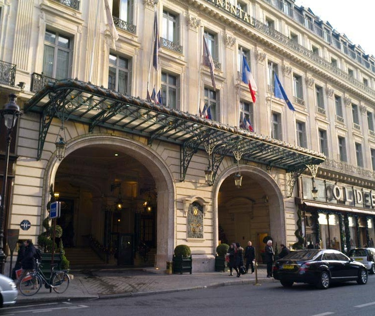 56e7cd19 1890年,整個酒店裝了電燈!1901年,由於安裝了蒸氣式中央暖氣,一籃籃的木材就不再於各樓層銷售了!數年後,這座酒店又重新裝修,更多的整修在1970年與1985年進行。