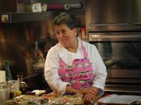 Montse Estruch impartiendo clase de cocina.