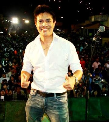 Foto de Leonard León en el escenario