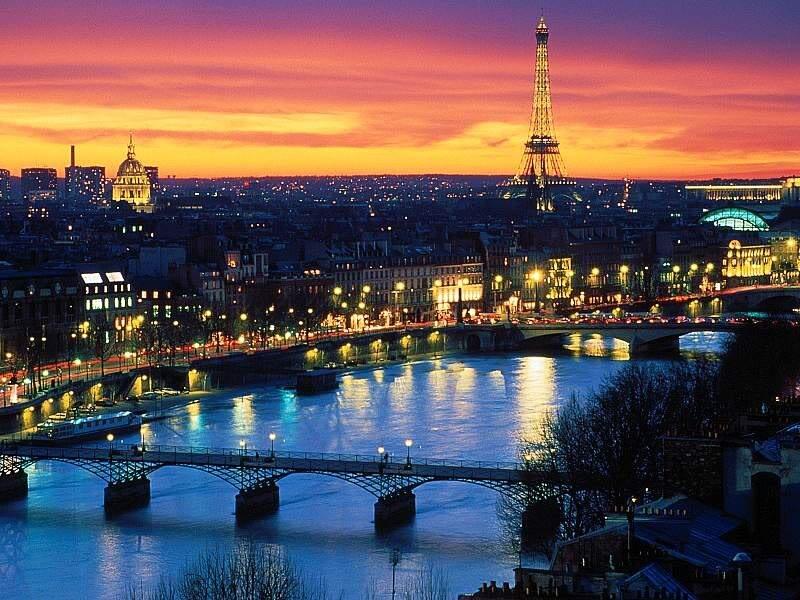 7bccbb72cd12 Τι πιο ρομαντικό από μια απόδραση στην πόλη του φωτός. Μοιραστείτε ένα  γαλλικό φιλί στον πύργο του Άιφελ