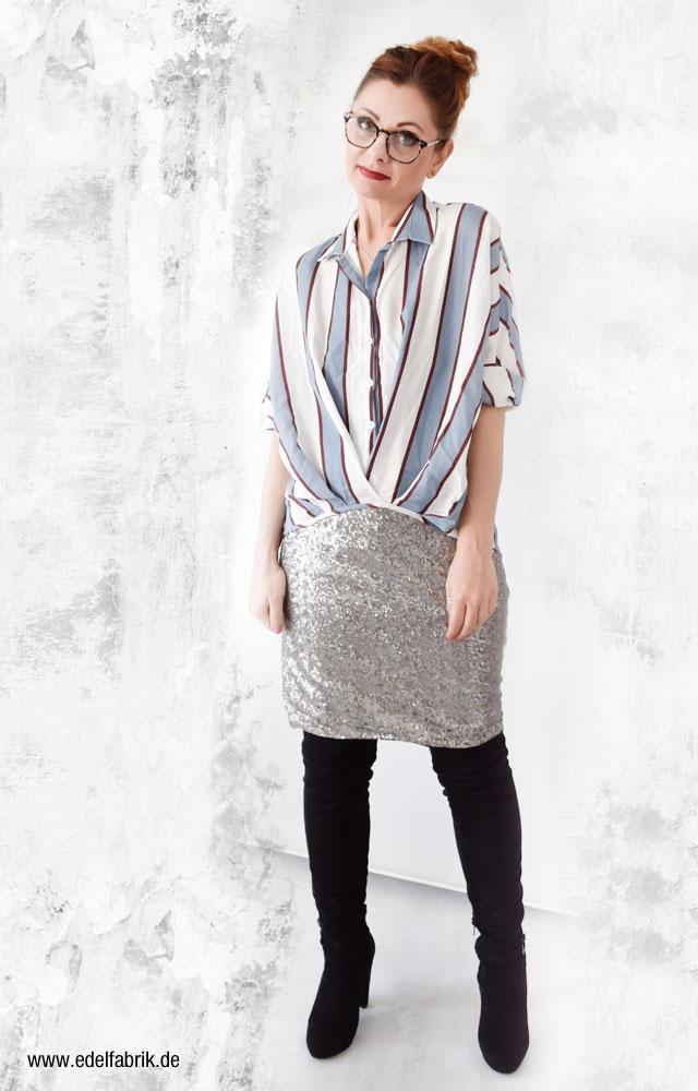 Overknees in Schwarz, silberner Minirock, gestreiftes Hemd
