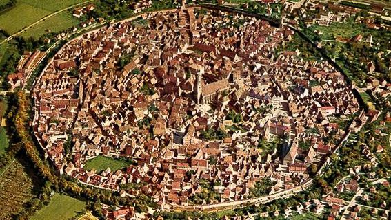 Vista aérea del crácter y la ciudad dentro. La curiosa ciudad alemana de Nördlingen