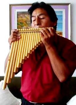 Foto de una persona masculina tocando la zampoña con sentimiento