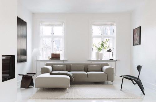 Großes weißes Sofa vor einer Fensterfront