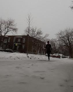 Coureuse l'hiver, rue de Montréal, Villeray, neige