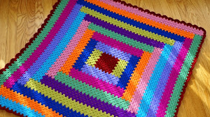 Plaid multicolor al crochet