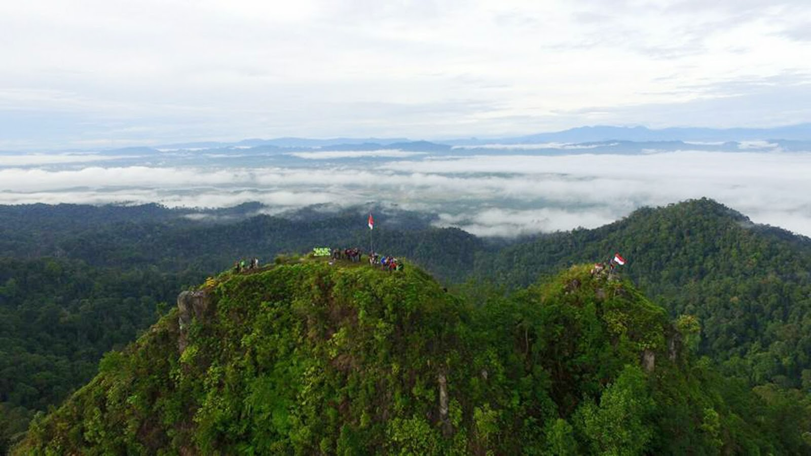 The Bukit Suligi is located in Aliantan Village, Kabun District, Rokan Hulu Regency, Riau. Riau Province designated it as a new tourist destination area and designed for special interest. Namely, those who are ready to cross the road uphill, through the bushes, and rubber plantations.