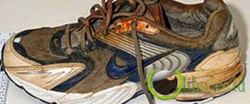 Sepatu Lengkap Dengan Kaki Didalamnya