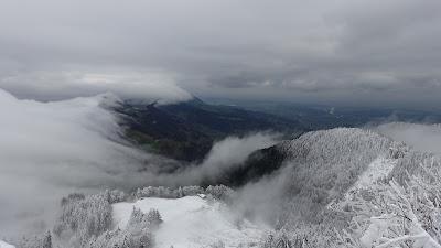 Der Nebel stürzt über den Balmberg und löst sich auf