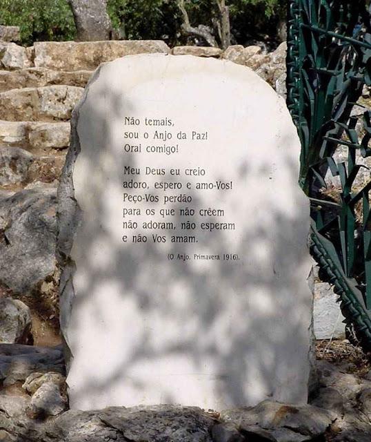 Pedra comemorativa das aparições do Anjo na Loca do Cabeço.