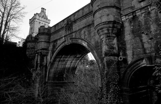 Donde saltan los perros, Puente Overtoun
