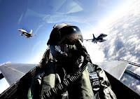 Askeri savaş uçağı pilotu