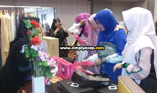 STAND PADUKA : Sejumlahibu ibu dan remaja putri yang merupakan tamu dan undangan menyerbu stand mini yang menampillan produk terbaru Ndastila Paduka . Foto Asep Haryono
