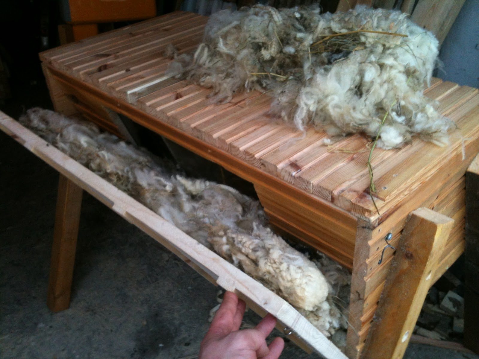 Che Guebee Apiary Raw wool as hive insulation