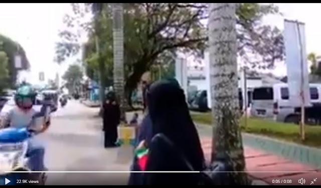 """VIRAL Pemotor MEMAKI Muslimah Bercadar """"TERORIS"""", Warganet Ngamuk dan Buru Identitas Pelaku"""