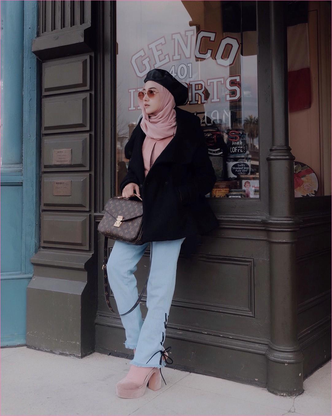 Outfit Baju Traveler Berhijab untuk Keluar Negri Ala Selebgram 2018 blezer bulu jacket topi hitam tote bags coklat tua jeans denim biru muda  high heels wedges kaos kaki pashmina diamond blouse kemeja kacamata ootd outfit coat