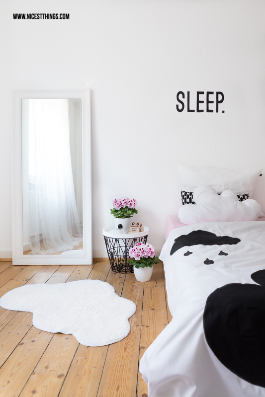 Schlafzimmerdeko in Weiß mit Wolkenkissen und Wolkenteppich