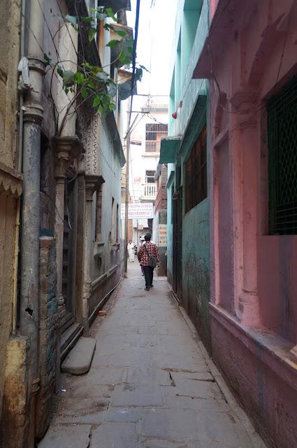 Jalan sempit di Varanasi (Banaras) India
