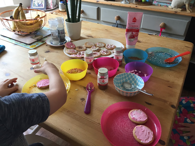 Biscuit decorating heaven with Cake Decor