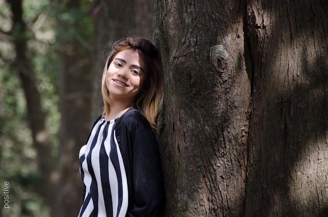 Sesión de 15 años en Zavalla, Santa Fe. La quinceañera posando al lado de un árbol