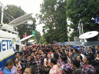Rumah pemenangan ahok djarot di lembang di penuhin ribuan massa untuk rayakan kemenangan