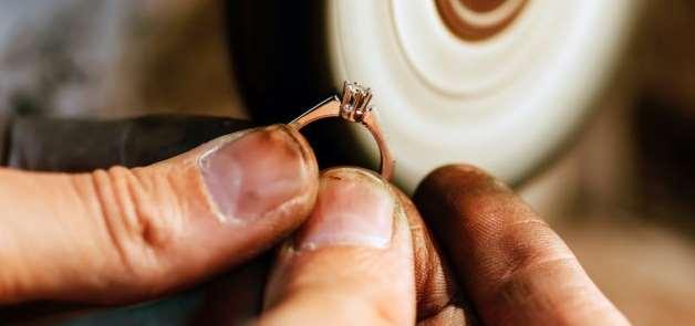 Trabajadora de la limpieza roba un anillo de 40 mil euros y lo revende por 140