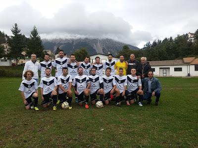 La squadra di calcio del Campo di Giove prima dell'esordio con il Poggio Picenze (campionato di terza categoria 2016/2017)