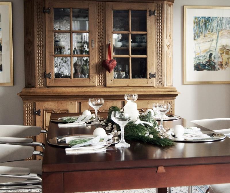 Blog + Fotografie by it's me! - Rooming, Weihnachtsdeko 2015 - gedeckter Tisch mit altem Buffet im Hintergrund