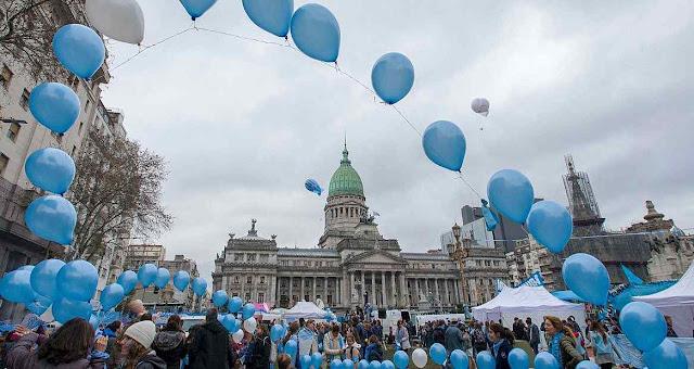 Quando aumentavam as blasfêmias abortista-comunistas, do lado pro vida subia um terço feito de balões