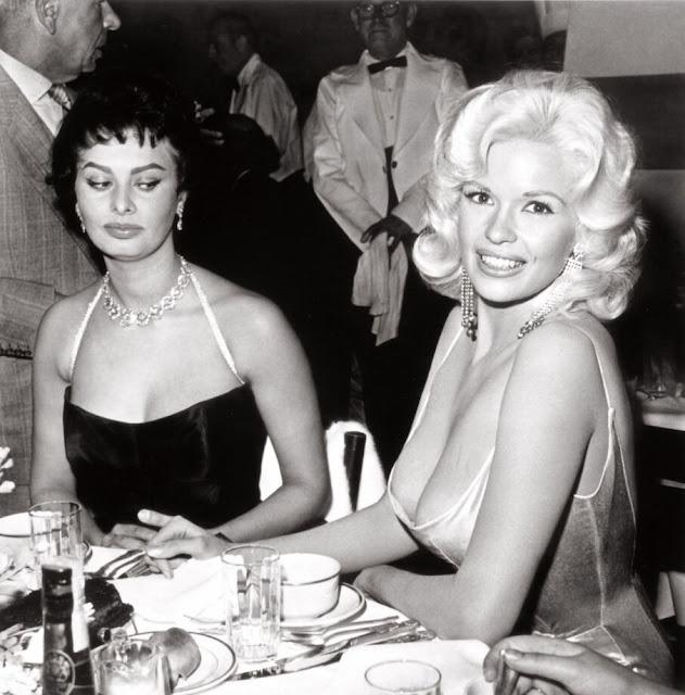 El famoso vistazo de Sophia Loren al descote de Jayne Mansfiel, foto tomada en el año 1957. Fotos insólitas que se han tomado. Fotos curiosas.
