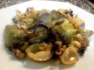 Guiso de alcachofas con sepias pequeñas y almejas