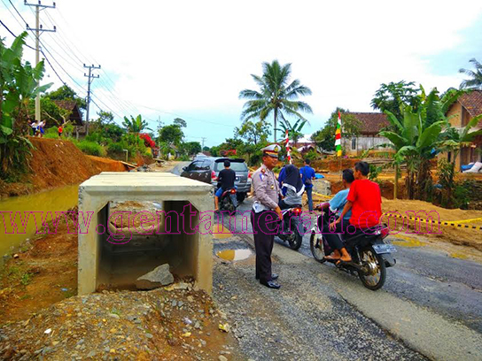 Jalan Km 169 Trikora Hancur Total, Kendaraan Ekstra Hati-Hati