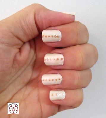 manicura blanca y dorada