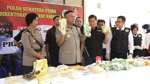 Kapolda Sumut, Irjen Paulus Waterpauw di Mapolda Sumut memberikan keterangan terkait penangkapan Kapolsek Nias Selatan dan personel Polres Tanjungbalai.