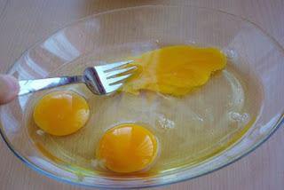 Üç yumurta çırpılıp biraz tuz konur.