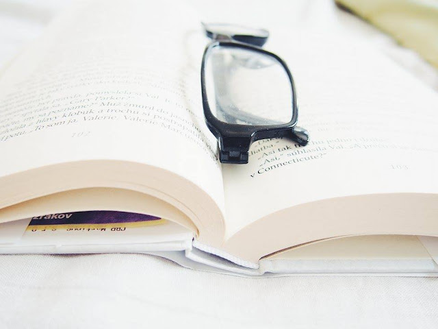 book reading glasses okuliare kniha