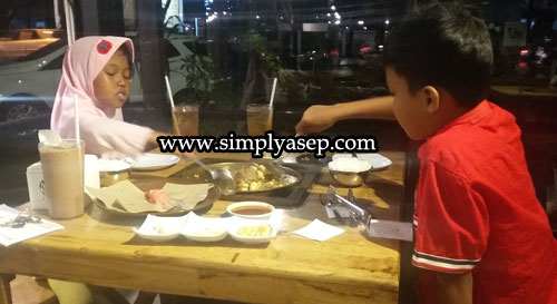 MAKAN MALAM : Iniah kedua anak saya Tazkia (kiri) dan Mas Abbie (kanan) tampak senang masak memasak sendiri makanan mereka di Grill me Jl Sumatera Pontianak (13/11).  Foto Asep Haryono