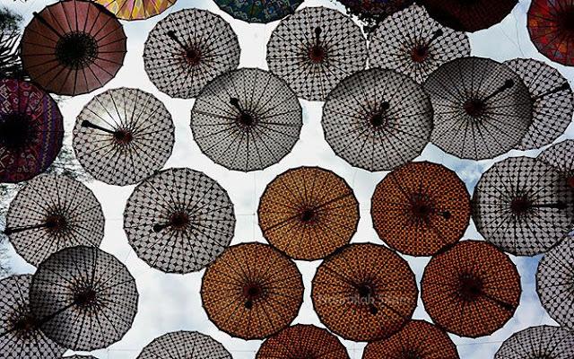 Warna-warni payung dengan motik yang sama