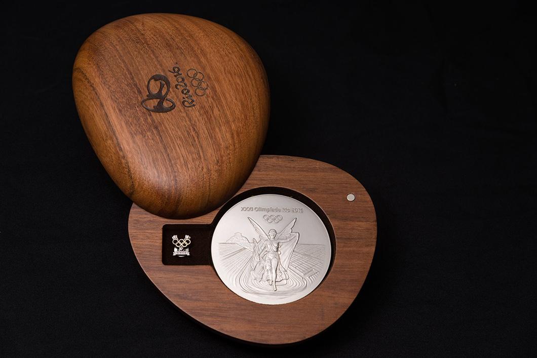 Caixa de madeira com a medalha de prata dentro