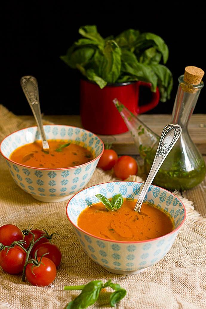 Sopa caliente de tomate al aceite de albahaca