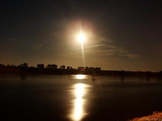 Nieco cirrusów w ilości pomijalnej widocznych było do około godz. 20:30 CEST. Później wieczór mijał już pod bezchmurnym niebem...