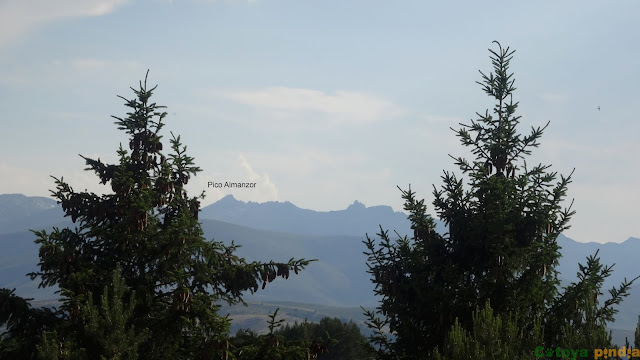 Mirada al Pico Almanzor en la Sierra de Gredos desde el pueblo de Barajas