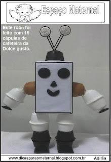 Robô feito com material reciclado