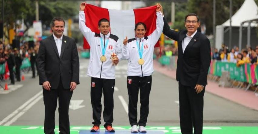 Presidente Martín Vizcarra entregó medalla de oro a Gladys Tejeda y Christian Pacheco