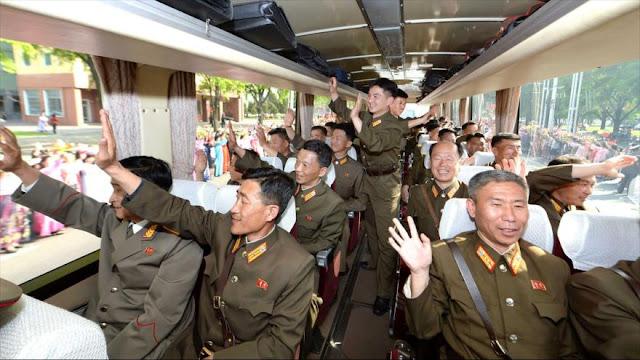 Norcoreanos saludan como héroes a sus expertos en balística