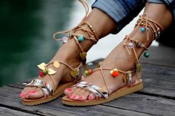 Sandálias com pompons e atilhos Elina Linardaki sandals 2016